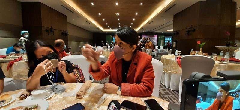 NAKIGHINABI SA MEDIA: Si Philippine Charity Sweepstakes Office (PCSO) General Manager Royina Garma nakighinabi sa lokal nga media kagahapon, Mayo 7, 2021 ug iyang gibutyag nga naalkanse ang PCSO og P12 milyunes matag adlaw sa mga Dakbayan sa Sugbo ug Mandaue tungod sa problema sa ilegal nga Small Town Lottery (STL). Si Garma nagpatabang sa kapulisan sa dakbayan sa pagsikop sa operasyon sa ilegal nga STL sa duha ka mga dakbayan. / Arnold Y. Bustamante