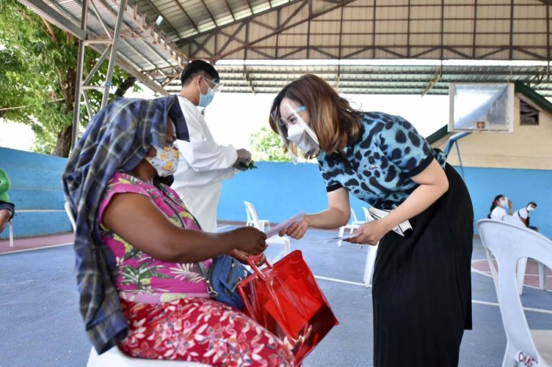 ASSISTANCE. Second District Board Member Fritzie David-Dizon led the distribution of aid to 191 PWDs in Porac town over the weekend.  (Pampanga PIO)