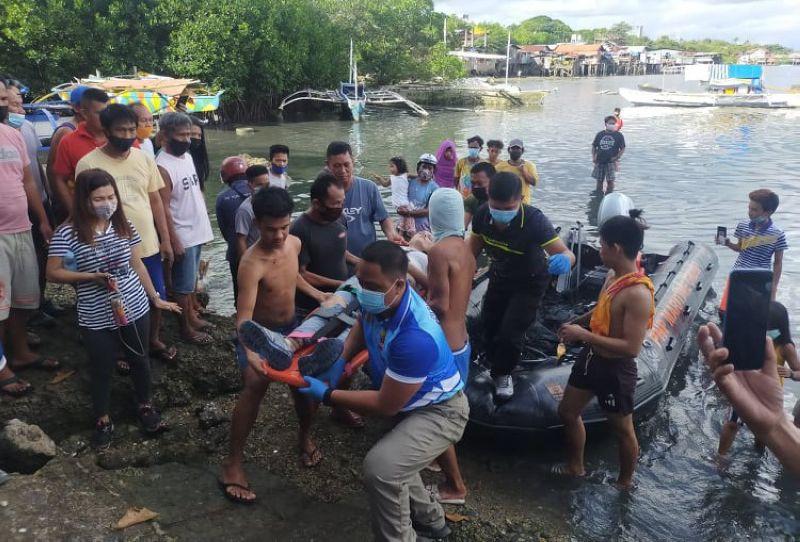 GILUWAS: Ang 28 anyos nga babaye giluwas sa kapulisan uban sa pipila ka mananagat sa dapit. (Gikan sa Maritime Police)