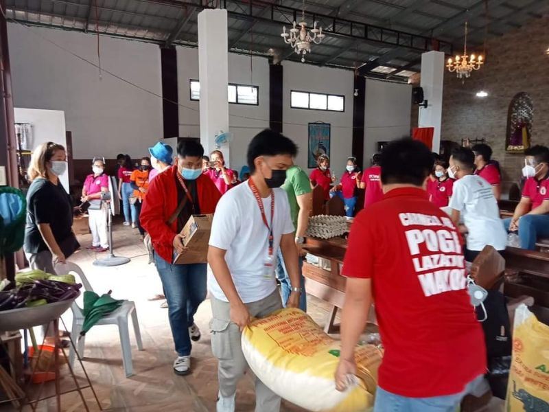 """BAYANIHAN. The spirit of """"bayanihan"""" is very much alive in Angeles City as workers from the local government and volunteers distribute goods to various community pantries. (Angeles City Information Office)"""