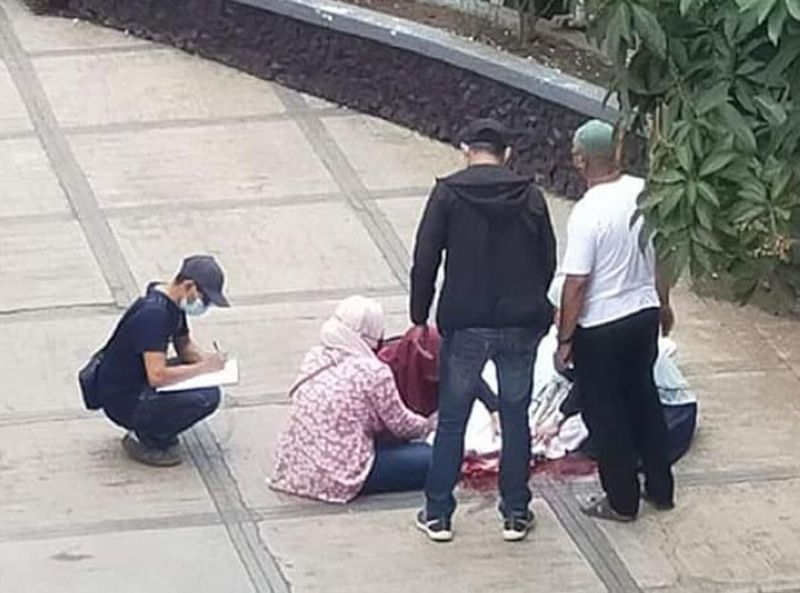 ZAMBOANGA. A lone unidentified gunman killed Monday afternoon, May 10, a village official in front of a food chain outlet in Isabela City, the capital of Basilan province. A photo handout shows a police investigator (seated left) gathers data while family members attend to the remains of the victim. (SunStar Zamboanga)