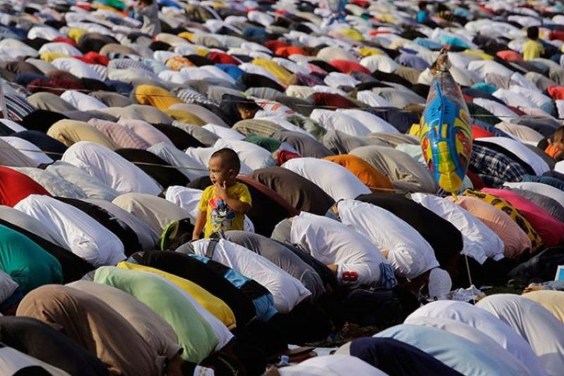 BREAKING THE FAST. Filipino Muslims are set to converge in mosques around the country to celebrate Eid'l Fitr or the Feast of Ramadan on Thursday, May 13, 2021, which has been declared by President Rodrigo Duterte as a nationwide regular holiday in observance of the feast. / AP FILE