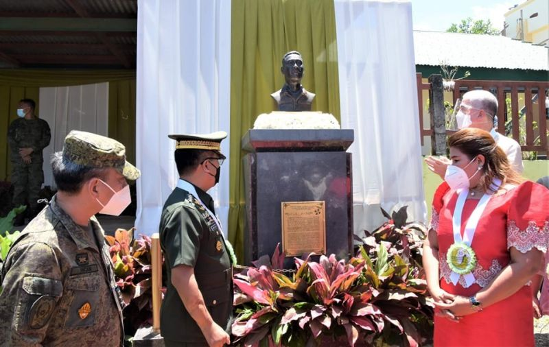 NEGROS. Armed Forces of the Philippine Chief General Cilirito Sobejana (second from left) with Negros Occidental Governor Eugenio Jose Lacson (right) and La Castellana Mayor Rhumyla Nicor-Mangilimutan (second from right) during the unveiling of the marker and bust pedestal in honor of Negrense war hero First Lieutenant Lolinato To-ong Sr. at Cabacungan Elementary School grounds in Barangay Cabacungan in La Castellana town Thursday, May 13, 2021. (Richard Malihan photo)