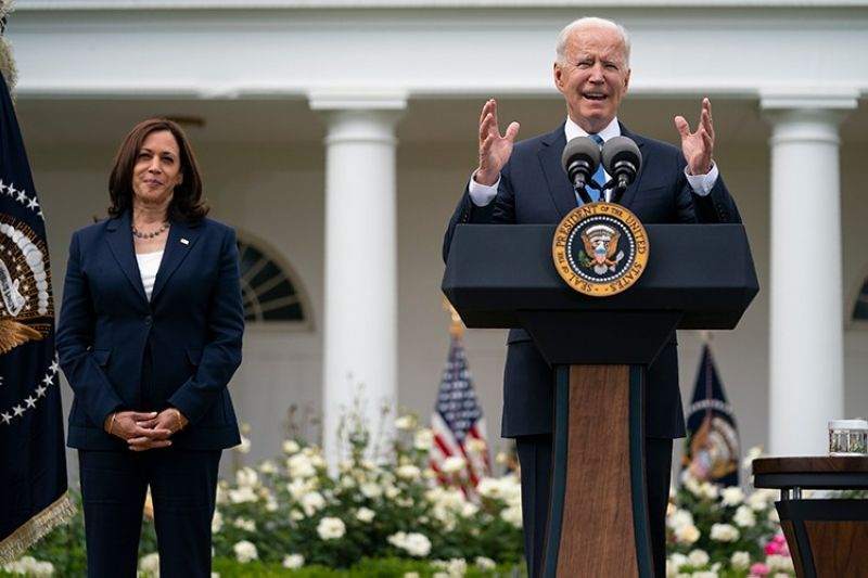 USA. Vice President Kamala Harris listens as President Joe Biden speaks on updated guidance on mask mandates, in the Rose Garden of the White House, Thursday, May 13, 2021, in Washington. (AP)