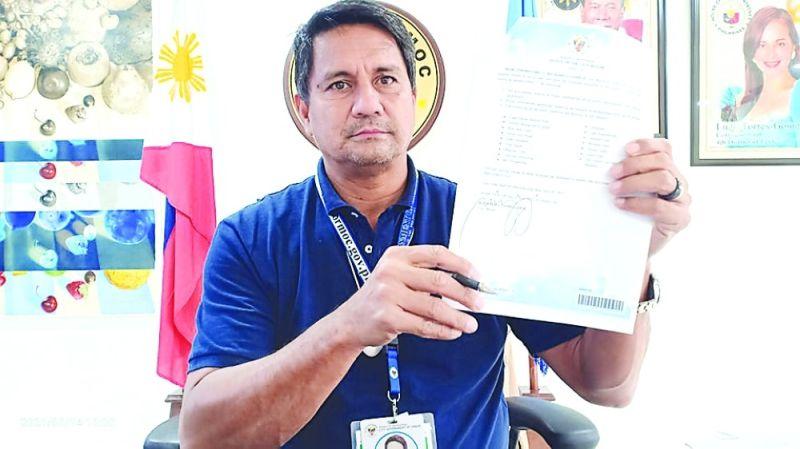 Gipakita ni Ormoc City Mayor Richard Gomez ang iyang Executive Order 171 nga nagpasira tourist destination sa siyudad ug nagdili sa mga panagtapok. / JOHN KEVIN D. PILAPIL