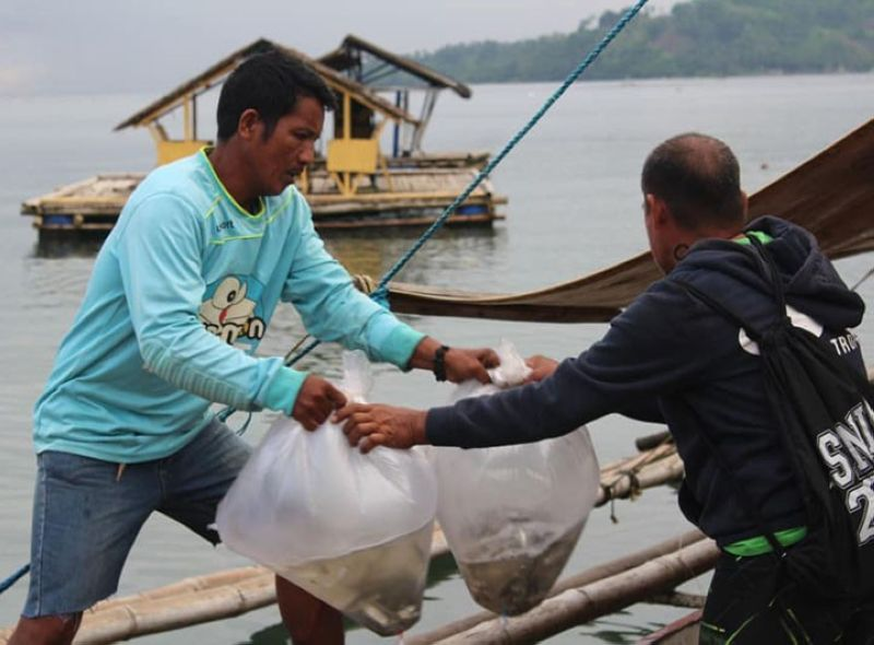 ZAMBOANGA. The Bureau of Fisheries and Aquatic Resources (BFAR) delivers some 30,000 milkfish fingerlings (Garungan) to a fisherfolk federation for stocking in fish cages in Dumalinao, Zamboanga del Sur. A photo handout shows some of the recipients releasing the fingerlings in their fish cage. (SunStar Zamboanga)