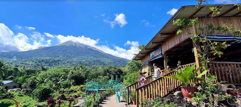 LA CASTELLANA. Nature's View, one of the highland cafès thriving in La Castellana, Negros Occidental that offers native delicacies including locally-produced coffee. (Erwin P. Nicavera photo)