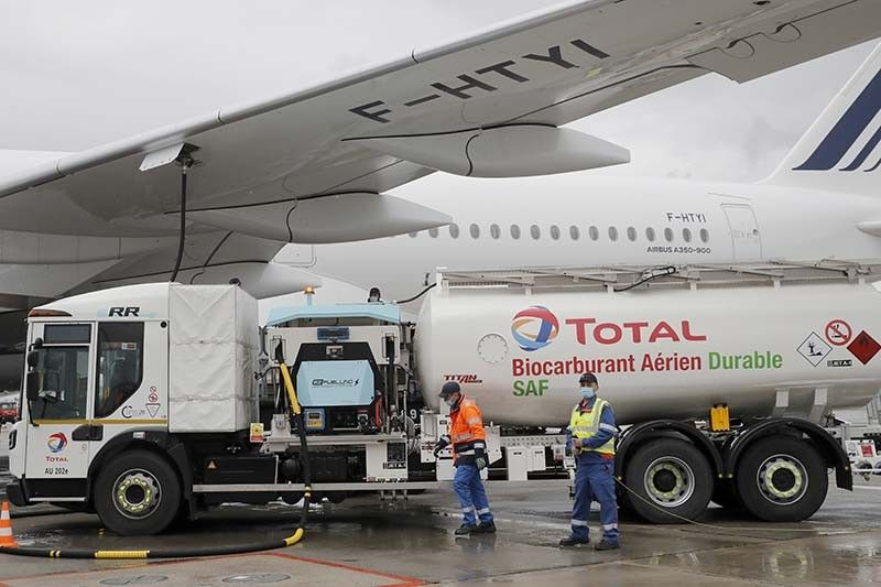 FUEL. Workers refuel an Airbus A350 with sustainable aviation fuel at Roissy airport, north of Paris, Tuesday, May 18, 2021. Air France-KLM was sending into the air what it called its first long-haul flight with sustainable aviation fuel Tuesday.  / AP