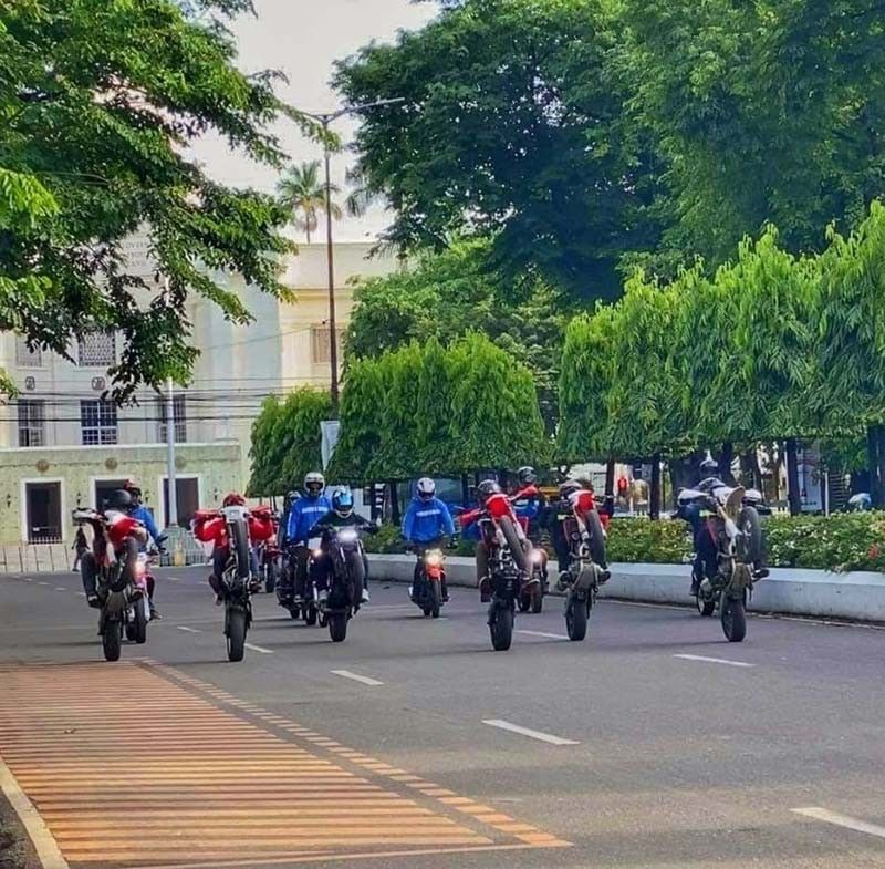 WILD RIDERS. A group of motorcycle riders performs stunts near the Capitol Building on Osmeña Blvd. in Cebu City, earning the ire of Land Transportation Office 7 Director Victor Caindec, who posted a video of the group's antics on his Facebook page and ordered an investigation. / CCTO