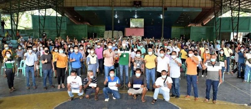 NEGROS. Negros Occidental Governor Eugenio Jose Lacson leads the distribution of P296,720 worth of early planting incentives to 177 rice farmers in Hinigaran at the town's covered court Thursday, May 20, 2021. (Capitol photo)