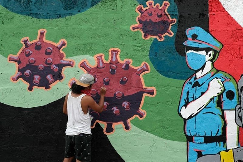 MANILA. A resident paints a mural to honor frontliners on a wall in Makati cCty, Philippines, Tuesday, September 29, 2020. (AP)