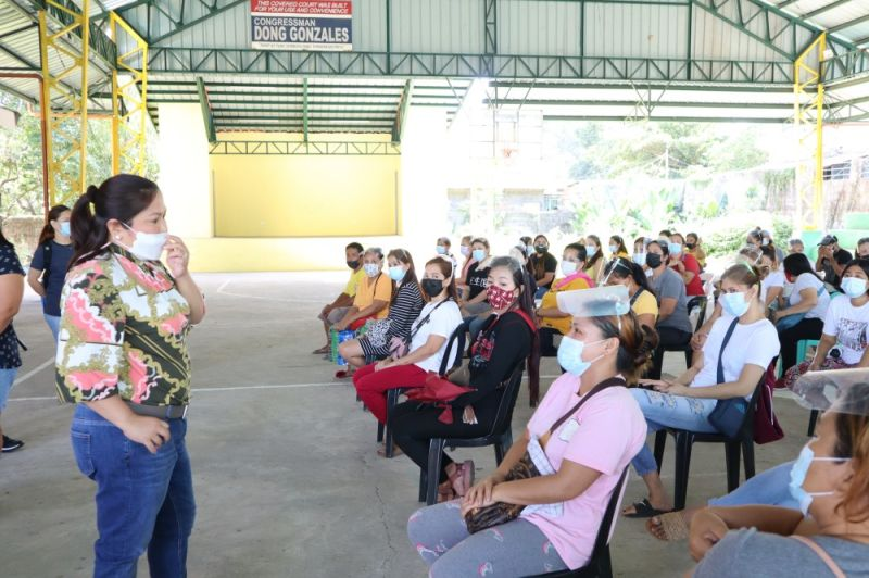 VISIT. Second District Board Member Mylyn Pineda Cayayab visited solo parents in Mexico town to check on their situation amid the on going corona virus pandemic. (Contributed photo)