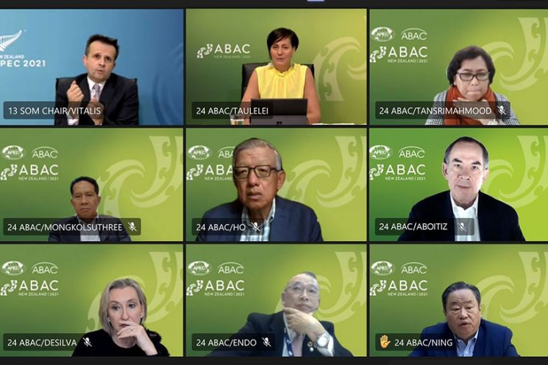 APEC MEETING: Si Aboitiz Group president and CEO Sabin M. Aboitiz (unang linya, tuo) niapil sa business leaders sa Abac II Meeting uban sa Apec senior officials. / Tampo