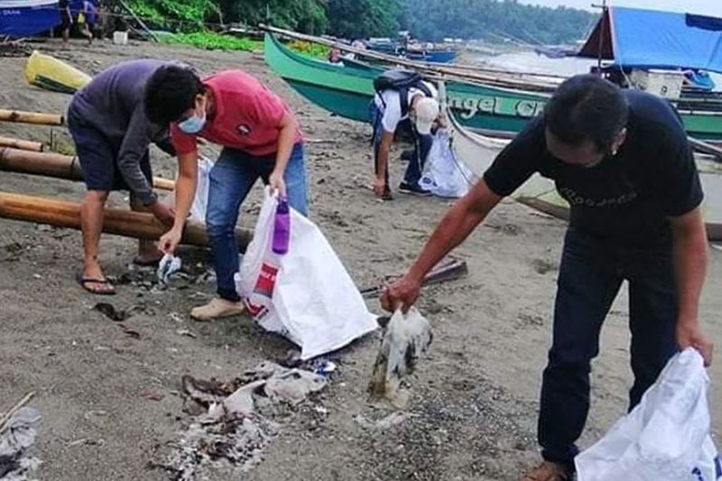 ZAMBOANGA. A total of 250 kilograms of trash were collected by articipants in a coastal clean-up activity as part of the Month of the Ocean 2021 initiated by the Community Environment and Natural Resources Office of Manukan, Zamboanga del Norte. A photo handout shows the participants pick up trash at the shoreline of Jose Dalman, Zamboanga del Norte during the activity last weekend. (SunStar Zamboanga)