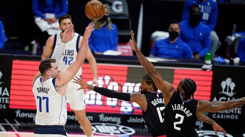 Ang star player sa Dallas Mavericks nga si Luka Doncic nga miitsa atubangan sa nag-depensa sa Los Angeles Clippers sa Game Two sa ilang Western playoff series.  (AP)