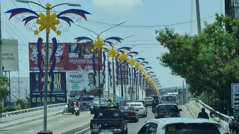 PARUL NG PAGLAYA. The City Government of Angeles in celebration of National Flag Day and the upcoming Independence Day has put up lanterns bearing the national colors along the Abacan bridge and other parts of the City. (Chris Navarro)