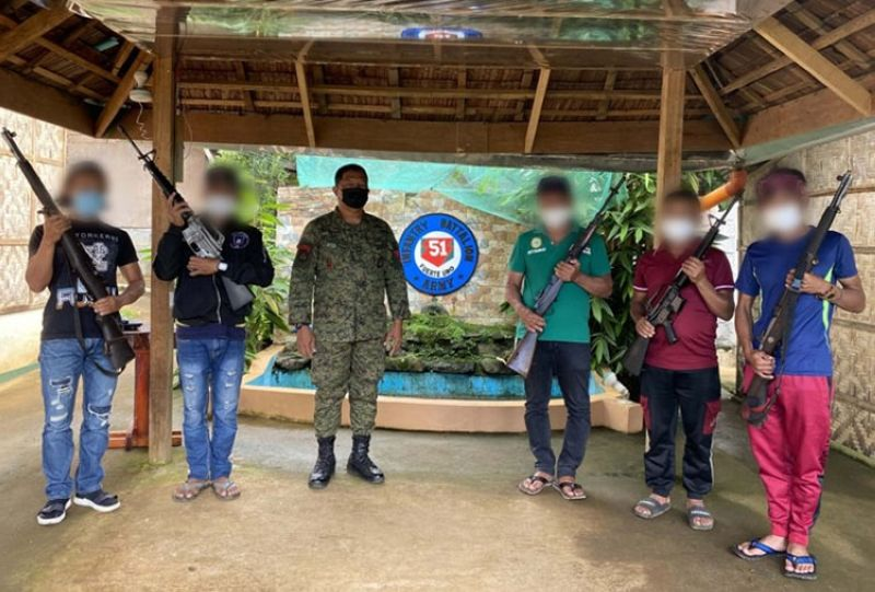 ZAMBOANGA. Five supporters of the Dawlah Islamiya-Maute Group surrender Thursday, May 27, to the Army's 51st Infantry Battalion (IB) in Dilausan village, Madalum, Lanao del Sur. A photo handout shows the surrenderers and the firearms they yielded in a photo session with Lieutenant Colonel Fernando Payapaya, 51IB commander. (SunStar Zamboanga)