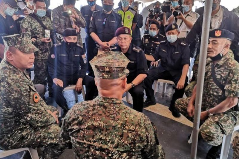 ZAMBOANGA. The Malaysian police, through the Eastern Sabah Security command (Esscom), turns over to Philippine authorities eight Abu Sayyaf bandits they arrested earlier this month in Sabah. A photo handout shows Brigadier General Arturo Rojas, Joint Task Force Tawi-Tawi commander (left) and Colonel Hernanie Songano, 4th Marine Brigade commander (back to the camera) receiving the eight bandits in a turnover Friday, May 28, aboard Philippine Navy vessel, BRP-Ivatan (LC298) in the waters off Bakungan, Turtle Islands, Tawi-Tawi. (SunStar Zamboanga)