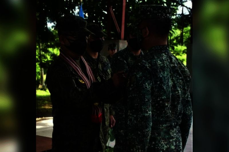 ZAMBOANGA. President Rodrigo Duterte confers medal and gives P2 million cash reward to the Marine troops behind the successful rescue in March of four Indonesian kidnap victims from the hands of the Abu Sayyaf bandits in Tawi-Tawi. A photo handout shows General Cirilito Sobejana, Armed Forces chief-of-staff, on behalf of the President, leads the awarding ceremony Sunday, May 30, at the headquarters of the 2nd Marine Brigade in Bongao, Tawi-Tawi. (SunStar Zamboanga)