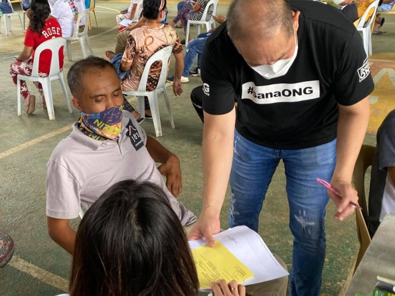 MIATIMAN: Si Barangay Kapitan Franklyn Ong, presidente re Association of Barangay Councils (ABC) sa Cebu City, miatiman sa mga tawo nga ning-apil sa medical mission sa bukirang barangay sa dakbayan. / Tampo