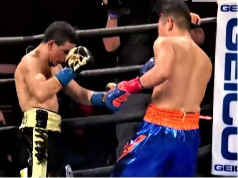 SPORTS. Pinoy champion Nonito 'The Filipino Flash' Donaire (right) landing a left hook against Nordine Oubaali of France in the 3rd round of their WBC Bantamweight title match on Sunday. (Screenshot from the Showtime Youtube Video)