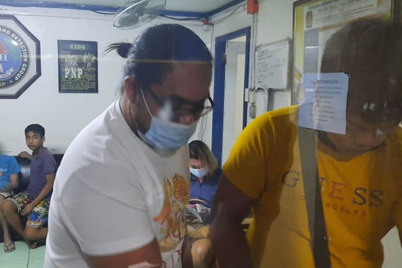 DAKPAN: Si Darren Ray Diaz, 32, taga Salinas Drive, Barangay Lahug, Siyudad sa Sugbo, gipailawom sa proseso sa buhatan sa Criminal Investigation Group (CIDG) 7 human siya masikop tungod sa tulo ka mga kaso. / ARNOLD Y. BUSTAMANTE