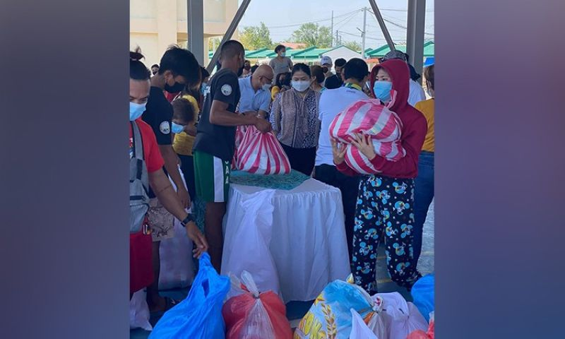 AID FOR SOLO PARENTS. Board Member Mylyn Pineda-Cayabyab supervises the distribution of grocery packs to Masantoleño solo parents. (Contributed photo)