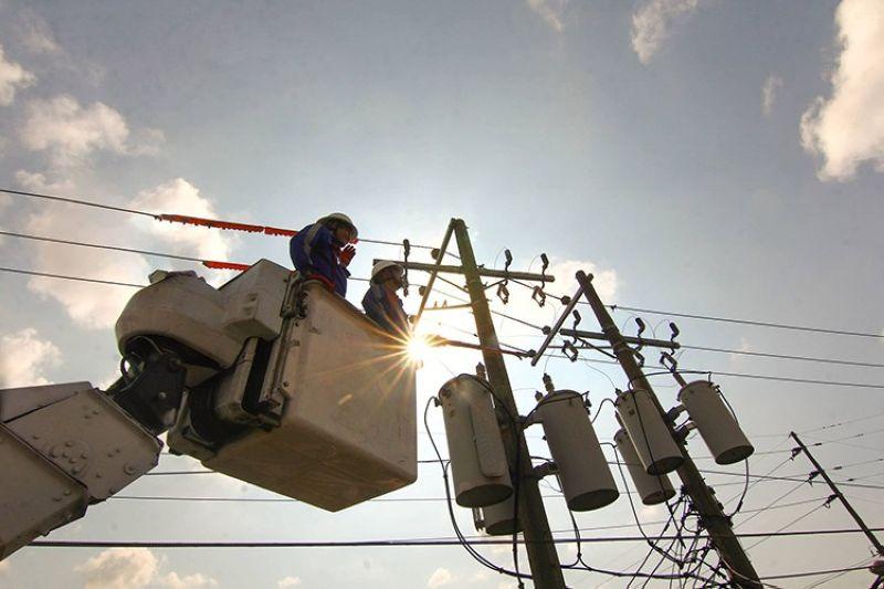 LINYA SA KURYENTE: Ang mga kawani sa Visayan Electric Company (Veco) nag-ayo sa linya sa kuryente sa pagseguro sa way balda nga dagan sa kuryente. (Gikan sa Veco)
