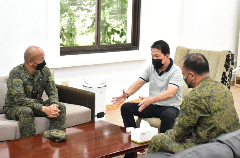 ZAMBOANGA. Lieutenant General Corleto Vinluan, Jr., commander of the Western Mindanao Command (Westmincom) orders the Sulu-based military troops to remain steadfast and to sustain the momentum in the campaign against terrorism. A photo handout shows Vinluan (left) in a courtesy visit to Sulu Governor Abdusakur Tan (center) during his three-day stay in the province. (SunStar Zamboanga)