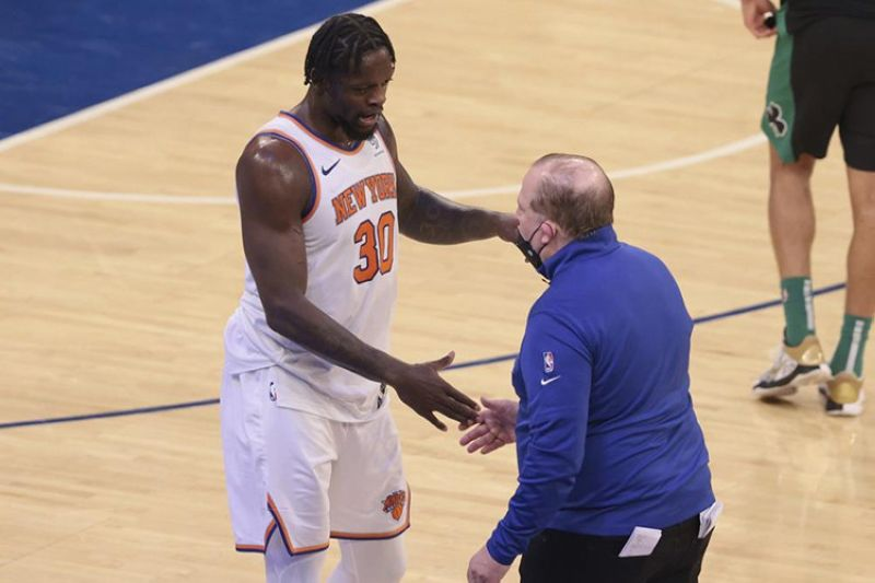 New York Knicks forward Julius Randle (30) celebrates with head coach Tom Thibodeau after an NBA basketball game against the Boston Celtics in New York, Sunday, May 16, 2021. (AP photo)