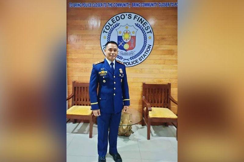 BATOK KRIMEN: Si Lt. Colonel Junnel Caadlawon, hepe sa Toledo City Police, nakahuna-huna sa paggamit sa komunidad batok krimen. / Facebook page ni Lt. Col. Caadlawon