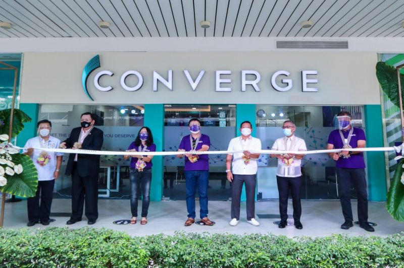 CONVERGE IN CEBU. Converge officials are joined by leaders of Cebu's local government and business circles as they officially open the business center and regional office in Mandaue City. (Left to right) Cebu Chamber of Commerce and Industry (CCCI) president Felix Taguiam, Mandaue Chamber of Commerce and Industry (MMCI) president Steven Yu, Converge President and Co-founder Grace Uy, Converge CEO and co-founder Dennis Anthony Uy, Profoods International Corp Chairman Justin Uy, Mandaue City Mayor Jonas Cortes and Converge Chief Operations Officer Jesus C. Romero at the ribbon-cutting ceremony of the first Converge Business Center in Mandaue City. (Contributed photo)
