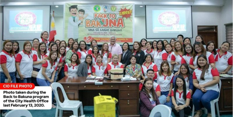THE MAYOR AND THE MIDWIVES. Mayor Carmelo Lazatin Jr. has allotted P1,000 communication allowance to 47 midwives who are also serving as contact tracers of Covid-19 patients. In this file photo, the mayor joined the midwives during the 'Back to Bakuna' program of the City Health Office last February 13, 2020. (Angeles City Information Office)
