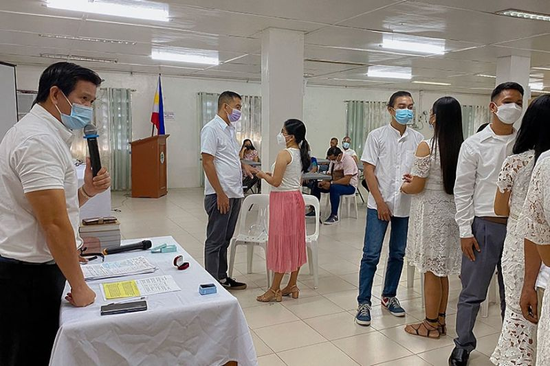 PAMPANGA.  Porac Mayor Jaime 'Jing' Capil officiates the wedding of four young couples amidst the Covid-19 pandemic.   Minimum health standards including the wearing of face masks were observed during the ceremonies. (Charlene Cayabyab)