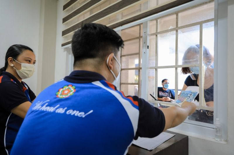 EDUCATIONAL AID. The Esap started distributing educational aid in batches on June 14, 2021 at the City College of San Fernando through a window transaction to comply with the minimum health standards against the Covid-19 pandemic. (City of San Fernando Information Office)