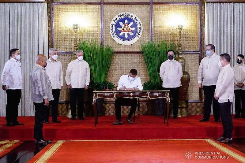 MANILA. In this photo released by Malacañang on Thursday, June 17, 2021, some officials are still wearing face shields as mandated by the Department of Health. (Malacañang)