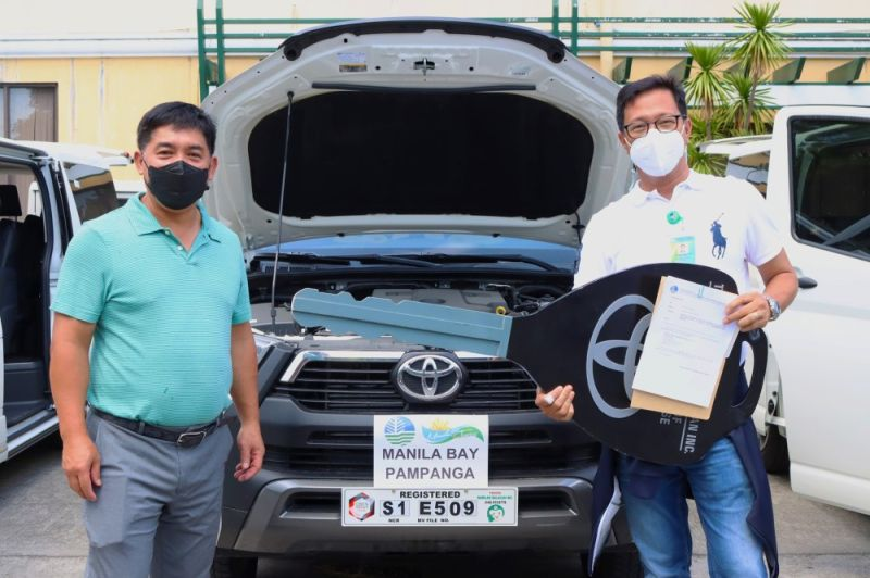 NEW VEHICLE. Penro Pampanga chief Laudemir Salac receives the brand new service vehicle for the DENR field office in Pampanga from Executive Director Paquito Moreno, Jr.  (Ian Ocampo Flora)