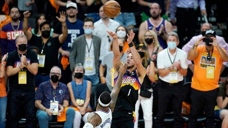 Si Devin Booker sa Phoenix Suns nga miitsa atubangan ni Marcus Morris Jr. sa Los Angeles Clippers niining aktoha atol sa Game One sa Western Conference finals. (AP)