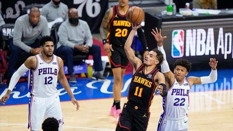 Si Trae Young (no.11), ang lider sa Atlanta Hawks, sa iyang one-hand drive niining aktoha sa ilang duwa sa Game 7 sa Eastern Conference semis batok sa Philadelphia Sixers. (AP )