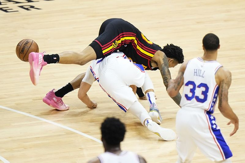 Atlanta Hawks' John Collins, top, collides with Philadelphia 76ers' Seth Curry during the first half of Game 7 in a second-round NBA basketball playoff series, Sunday, June 20, 2021, in Philadelphia. (AP Photo)