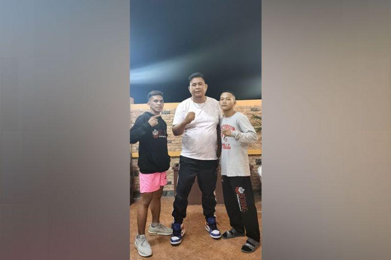 ENGKUWENTRO: Nagpahulagway si ARQ Boxing sports director Chelito Caro sa duha ka pambatong mga boksidor sa ARQ Boxing Promotions nga sila si April Jay Abne (wa) ug John Paul Gabunillas (tuo), kinsa parehong mirehistro og TKO nga kadaugan sa Enkuwentro Uno. / Erwin S. Lirazan