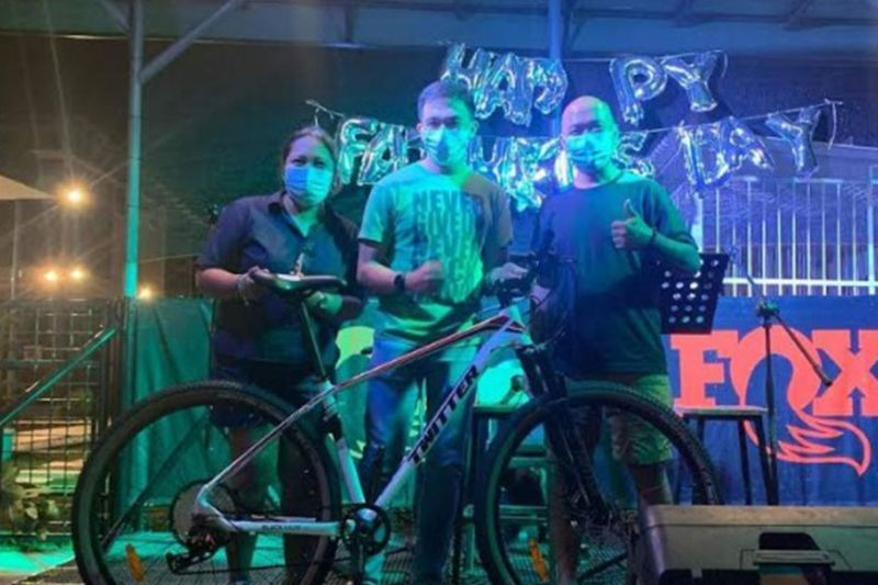 NEGROS. Grand prize winner Vincent Haro (center) was joined by couple Jojane and Michael Morcilla who initiated a raffle of this brand new mountain bike during the Father's Day celebration held at Spoontrail in Buro-Buro Spring, Alangilan, Bacolod City, June 20, 2021.