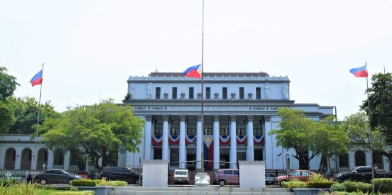PAYING RESPECT. The Philippine flag at the Provincial Capitol Lagoon and Park in Bacolod City flies at half-mast as Negros Occidental mourns the passing of former President Benigno
