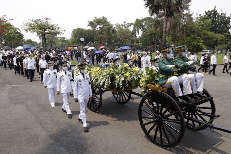 MANILA. Honor guards transport the urn of former Philippine President Benigno Aquino III during state burial rites on Saturday, June 26, 2021 at a memorial park in Paranaque City. (AP)
