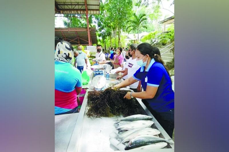 SELLING FISH. Residents in Barangay Nonoc, Larena town, Siquijor Province sell fish during the event organized by the Department of Agriculture and participated by the Bureau of Fisheries and Aquatic Resources 7 Siquijor Provincial Fishery Office on June 21, 2021. / FROM BFAR 7 FACEBOOK PAGE