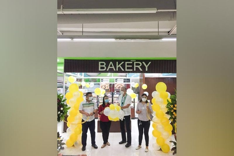 """NEGROS. Governor Eugenio """"Bong"""" Lacson (right) and Ceres Pasalubong general manager Rodrigo """"Bong"""" Rubino, assisted by Gaisano Grand Mall–Silay City assistant store operations managers Jonah Castro (left) and Rose Lee, led the ribbon-cutting ceremony during the blessing and opening of the Ceres Pasalubong outlet in Silay City officiated by Fr. Brethen Rye """"Bong"""" Gamala of the Our Lady of the Miraculous Medal Parish in Mansilingan, Bacolod City. (Photo by SunStar Bacolod)"""