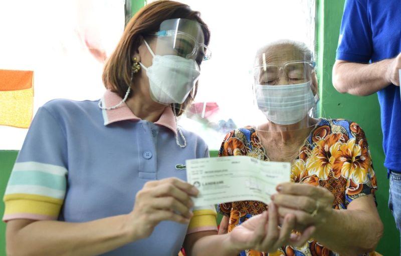 INCENTIVE FOR SENIORS. Matilde Roque Layug, 97, of Sta. Rita town, receives her P100,000 incentive from Board Member Fritzie David-Dizon. (Pampanga PIO)