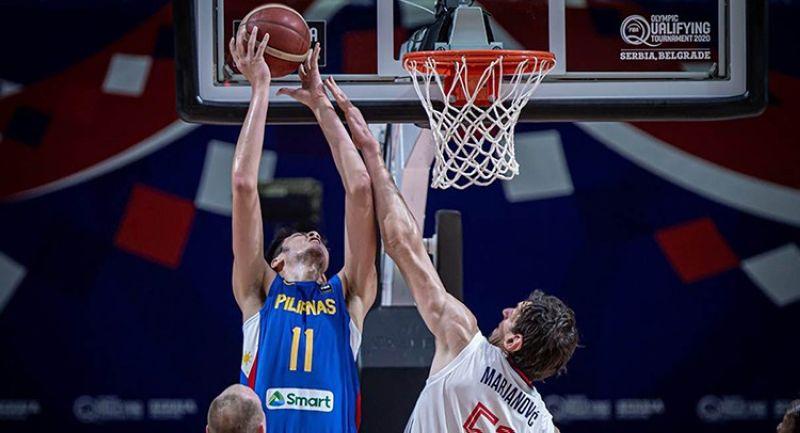 Ang 7-3 nga Kai Sotto (no. 11) sa Gilas Pilipinas nga nakigbatok sa 7-4 nga si Boban Marjanovic sa Serbia niining aktoha. (FIBA Basketball)