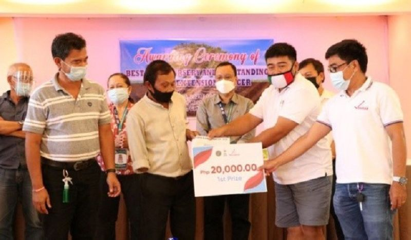 SAMAR. Domingo Algordo (front row, 2nd from left), head of the family who won Cenro-Catbalogan's Best ENGP Nursery Award receives a cash prize of P20,000  from the Provincial government of Samar and Iraya Energy Corporation. (Photo from DENR-Eastern Visayas)