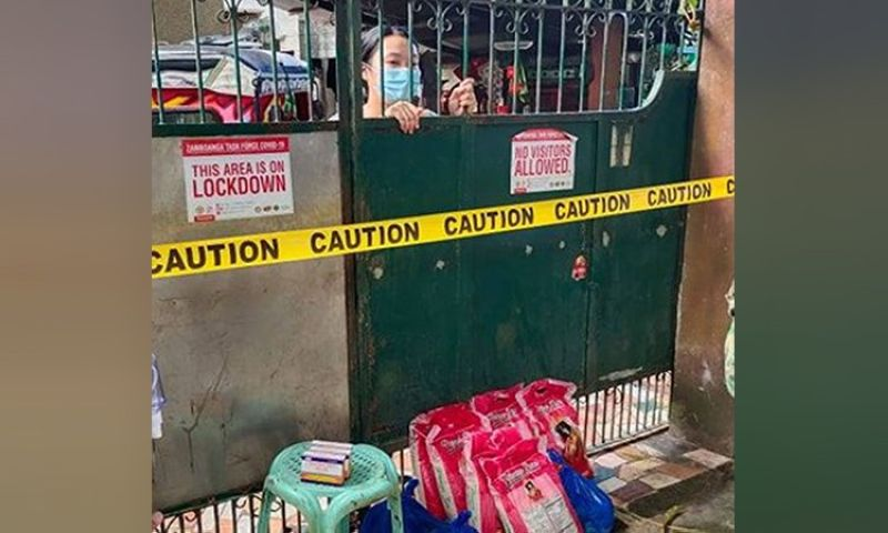 """ZAMBOANGA. The City Government provides relief goods to families in areas under lockdown or """"containment zone"""" due to coronavirus infection. A photo handout shows relief goods were delivered to one of the houses included in the lockdown. (SunStar Zamboanga)"""